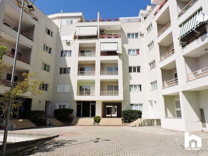 Apartament 2+1+2 për shitje te Mali i Robit Durrës hyrja pallatit