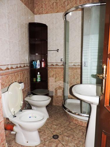 Jepet me qira ne Bllok apartament 3+1, 690 euro, tualet