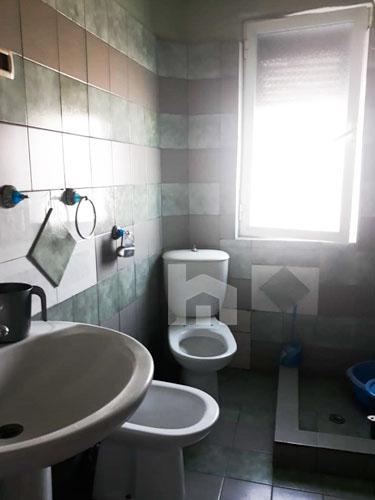 """Shitet apartament 1+1 te rruga """"Pandi Dardha"""" në Laprakë, tualet"""