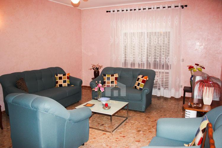 Shitet apartament në Durrës, super cmim, salloni pritjes