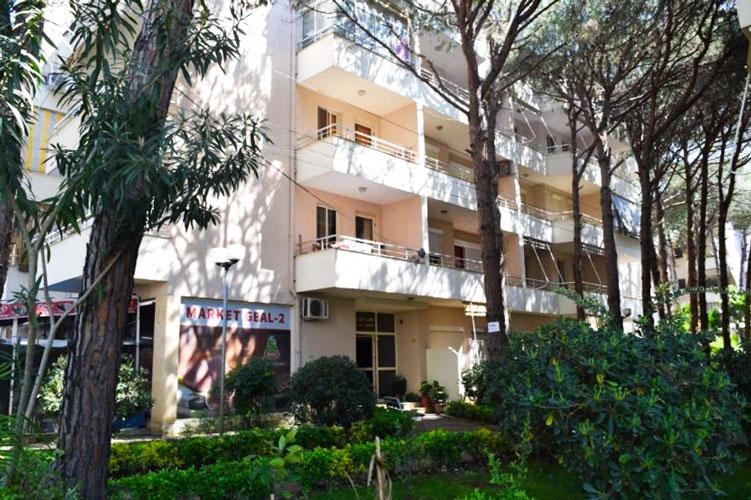 Shitet apartament prane Fafa resort , plazh Durres