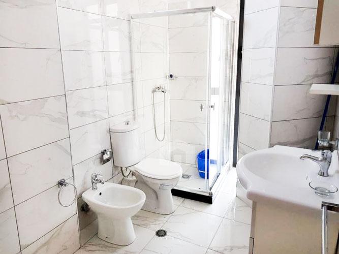 """Jepet me qira apartament 2+1+2 te rruga """" Todi Shkurti """", tualet 1"""