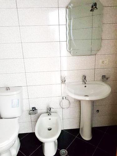 """Jepet me qira apartament 2+1+2 te rruga """" Todi Shkurti """", tualet 2"""