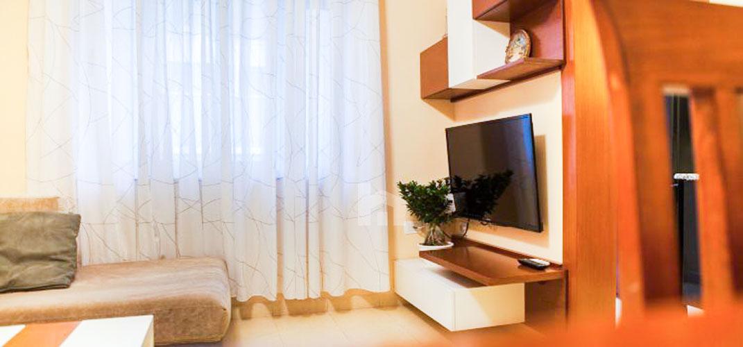 Jepet apartament me qera Myslym Shyri, 2+1, sallon pritje