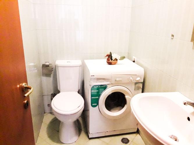 Shitet apartament 2+1+2 te rruga Margarita Tutulani, tualet 2