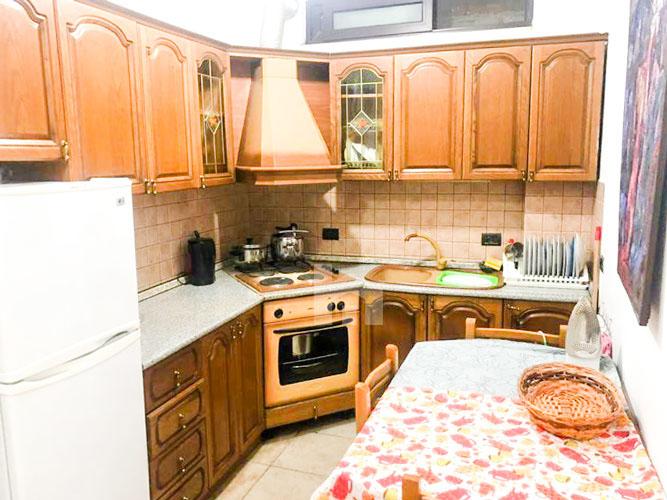Jepet me qira apartament 3+1+2 pranë Prokurorisë të Tiranës, ambient gatimi