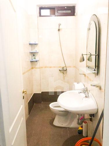 Jepet me qira apartament 3+1+2 pranë Prokurorisë të Tiranës, tualet 2