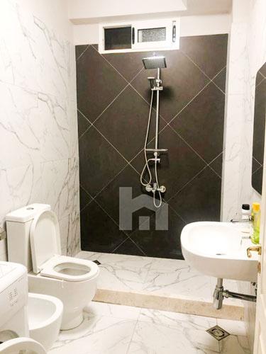 Jepet me qira apartament 3+1+2 pranë Prokurorisë të Tiranës, tualet