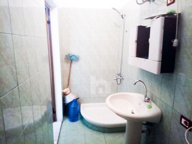 Shitet apartament 1+1 pranë KESH Tirane, tualet