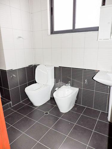 Shitet vile ne Tirane me 4 kate prane Pazarit te Ri!, tualet