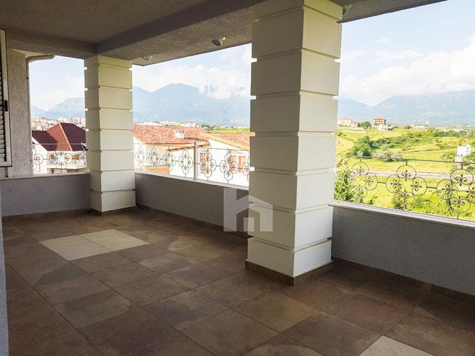 Shitet vilë 4-katshe te kompleksi Akacia Hills , ballkon