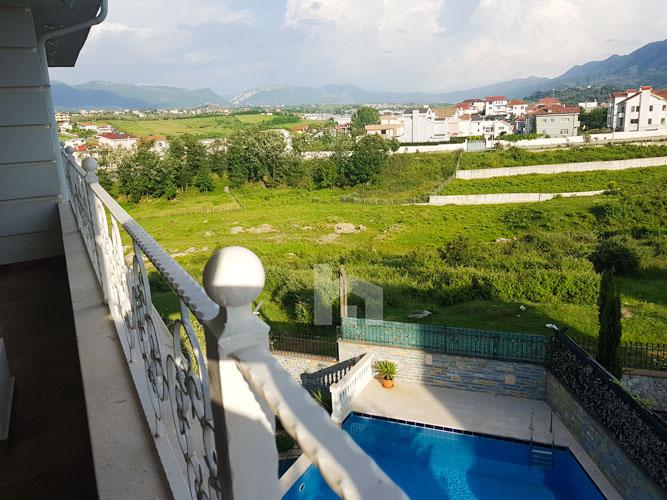 Shitet vilë 4-katshe te kompleksi Akacia Hills , pishina