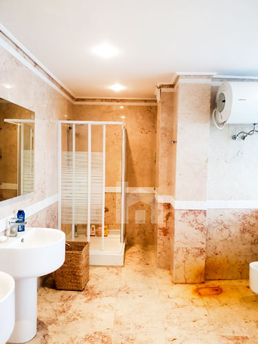 Shitet vile te Liqeni i Thatë , 4-katëshe me pishinë, tualet