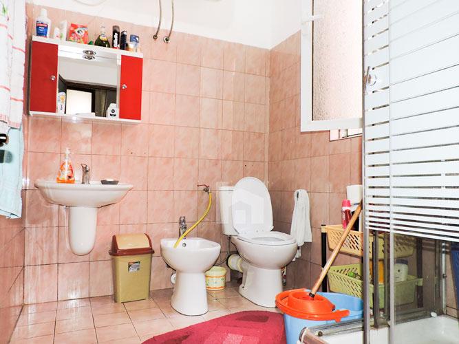"""Vile per shitje ne Tirane pranë rrugës """"5 Maji"""", tualet"""